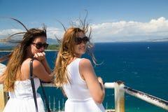 Jeunes femmes appréciant le paysage Image stock