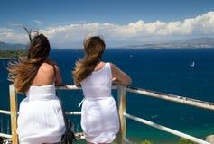 Jeunes femmes appréciant le paysage Images stock