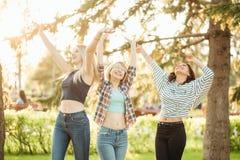Jeunes femmes appréciant tout en passant un jour en nature et ayant l'amusement et rire Image libre de droits