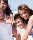 Jeunes femmes appréciant sur le dos la conduite Photographie stock libre de droits