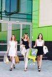 Jeunes femmes après l'achat Photographie stock