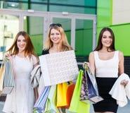 Jeunes femmes après l'achat Images stock