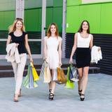 Jeunes femmes après l'achat Photographie stock libre de droits