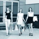 Jeunes femmes après l'achat Image libre de droits