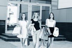 Jeunes femmes après l'achat Images libres de droits