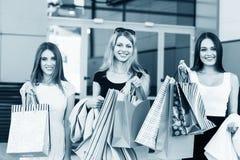 Jeunes femmes après l'achat Photos stock