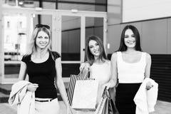 Jeunes femmes après l'achat Image stock