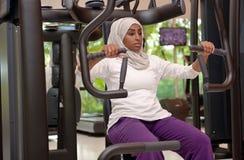 Jeunes femmes arabes d'Emirati établissant dans un gymnase Photo libre de droits