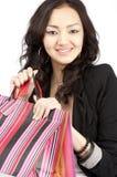 Jeunes femmes asiatiques avec des sacs de cadeau, d'isolement Photographie stock libre de droits