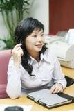 Jeunes femmes asiatiques dans l'offcie images stock