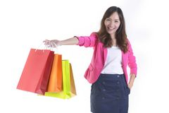 Jeunes femmes asiatiques de achat tenant des paniers sur le backgroundSale de studio et le concept blancs de promotion Photo libre de droits