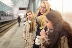 Jeunes femmes attirantes attendant le train Image libre de droits