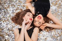 Jeunes femmes attirantes sensuelles avec les lèvres rouges posant et se trouvant Photo stock