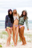 Jeunes femmes attirants à la plage Image libre de droits