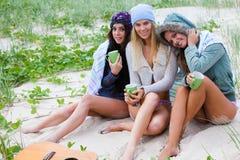 Jeunes femmes attirants à la plage Photos libres de droits