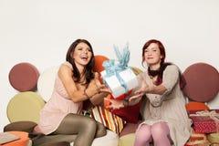 Jeunes femmes attrapant le cadeau photo libre de droits