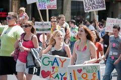 Jeunes femmes au défilé homosexuel de fierté de Seattle Photographie stock libre de droits