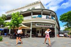 Jeunes femmes australiennes faisant des emplettes dans l'Australie du Queensland de cairns Photo libre de droits