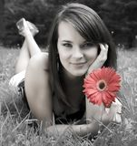 Jeunes femmes avec de la La rouge de fleur Photographie stock