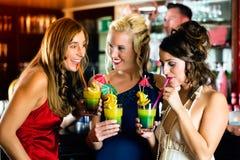 Jeunes femmes avec des cocktails dans le club ou le bar Photo libre de droits