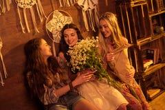 Jeunes femmes avec des fleurs Images libres de droits