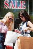 Jeunes femmes avec des sacs à provisions Photographie stock libre de droits