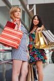 Jeunes femmes avec des sacs à provisions Photographie stock