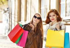 Jeunes femmes avec des sacs à provisions Image libre de droits