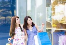 Jeunes femmes avec des sacs à provisions Photo stock