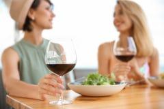 Jeunes femmes avec des verres de vin Images stock