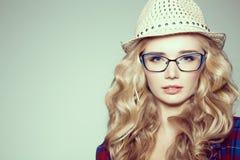 Jeunes femmes avec l'appareil-photo Blonde dans une chemise de plaid Mode de hippie Photographie stock