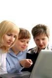 Jeunes femmes avec l'ordinateur Photo stock