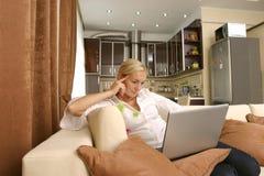 Jeunes femmes avec l'ordinateur portatif Image stock