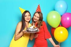 Jeunes femmes avec le gâteau d'anniversaire Photos libres de droits