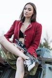 Jeunes femmes avec le revolver en ses mains Photographie stock