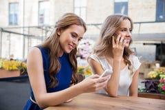 Jeunes femmes avec les smartphones et le café au café Photo libre de droits