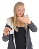 Jeunes femmes avec par la carte de crédit Photo libre de droits