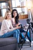 Jeunes femmes avec plaisir travaillant ensemble Photographie stock libre de droits
