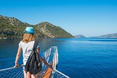 Jeunes femmes avec son fils dans le bateau de croisière Image stock