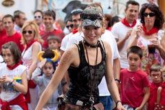 Jeunes femmes ayant l'amusement à du festival de San Fermin Photo libre de droits