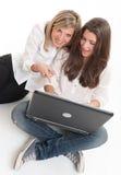 Jeunes femmes ayant l'amusement avec l'ordinateur portable Images stock