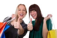 Jeunes femmes ayant l'amusement tout en faisant des emplettes Image stock