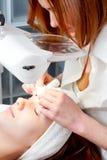 Femme ayant le traitement facial de beauté Images stock