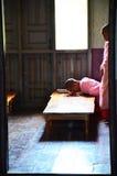 Jeunes femmes bouddhistes ascétique ou loisirs de nonne photographie stock libre de droits