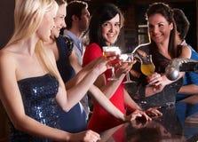 Jeunes femmes buvant au bar Photo stock