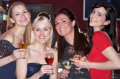 Jeunes femmes buvant au bar Image stock