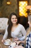 Jeunes femmes buvant du café dans un café Image stock