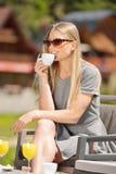 Jeunes femmes buvant du café dans un café dehors Profondeur de zone Images stock