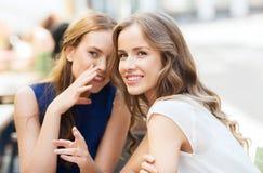 Jeunes femmes buvant du café et parlant au café Photographie stock libre de droits