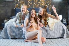 Jeunes femmes buvant du champagne Photographie stock libre de droits